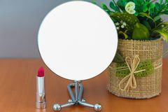 O círculo moderno brilhante vazio do metal compõe o espelho na bandeira vazia branca da propaganda da tabela de madeira trocista  fotos de stock