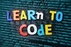 """O código de programação que aprende o †""""aprende codificar o texto com as letras coloridas no fundo abstrato da tecnologia Fotos de Stock"""
