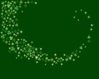 O córrego efervescente do vetor do trevo do trevo sae na obscuridade - fundo verde Fotos de Stock Royalty Free