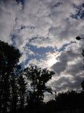 O c?u dram?tico com nuvens tenta encontrar um UFO foto de stock
