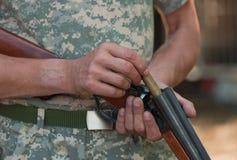 O caçador cobra um shot-gun Foto de Stock