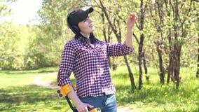 O caçador de tesouro da menina com detector de metais encontra o tesouro e toma-o da terra vídeos de arquivo