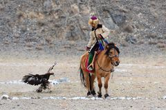 O caçador desconhecido com Eagle dourado mostra sua experiência na falcoaria Imagens de Stock Royalty Free
