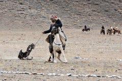 O caçador desconhecido com Eagle dourado mostra sua experiência na falcoaria Fotografia de Stock Royalty Free