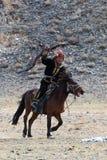 O caçador desconhecido com Eagle dourado mostra sua experiência na falcoaria Fotos de Stock Royalty Free