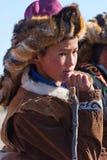 O caçador desconhecido espera sua volta montando durante o festival de Eagle dourado Fotografia de Stock Royalty Free