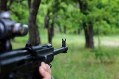 O caçador está visando a arma Observando o tambor de arma no Imagens de Stock