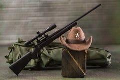 O caçador realístico diminuto utiliza ferramentas o fundo e o papel de parede Foto de Stock