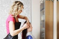 O cabeleireiro corta o cabelo imagens de stock royalty free