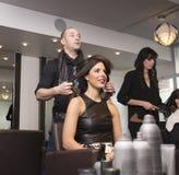 O cabeleireiro do moderno e o modelo Foto de Stock