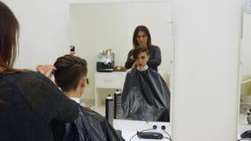 O cabeleireiro do ` s da mulher faz a denominação de seu cabelo no cabelo curto video estoque