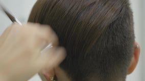 O cabeleireiro do ` s da mulher faz a denominação de seu cabelo no cabelo curto vídeos de arquivo