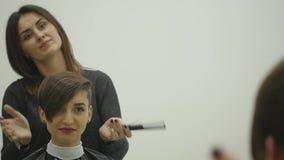 O cabeleireiro do ` s da mulher faz a denominação de seu cabelo no cabelo curto filme