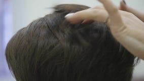 O cabeleireiro do ` s da mulher faz a denominação de seu cabelo no cabelo curto Fim acima Movimento lento filme