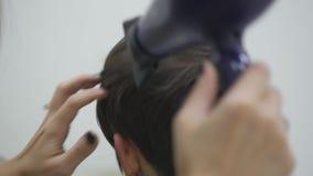 O cabeleireiro do ` s da mulher faz a denominação de seu cabelo no cabelo curto Fim acima Movimento lento vídeos de arquivo