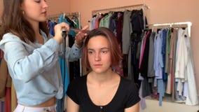 O cabeleireiro faz a denomina??o video estoque