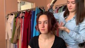 O cabeleireiro faz a denomina??o vídeos de arquivo