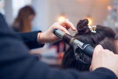 O cabeleireiro faz um cabelo Foto de Stock