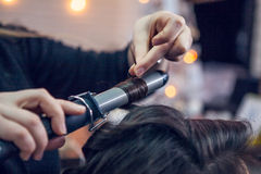 O cabeleireiro faz um cabelo Fotos de Stock Royalty Free
