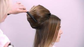 O cabeleireiro profissional demonstra o penteado terminado e termina alterações filme