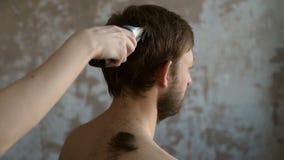 O cabelo do homem do corte no grunge filme