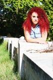 O cabelo encaracolado vermelho de encontro denominou adolescente Fotografia de Stock