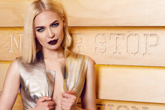 O cabelo louro da mulher 'sexy' bonita compõe o vestido do coctail do partido Fotos de Stock Royalty Free