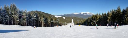 O cabo aéreo e os esquiadores na inclinação em Bukovel Fotografia de Stock