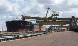 O cabo Austrália que está sendo carregada com o carvão nas docas foto de stock royalty free