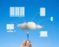 O cabo da rede da posse da mão conecta ao serviço de computação da nuvem Imagem de Stock