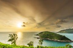 O cabo de Promthep é uma montanha da rocha que estende no mar dentro Foto de Stock