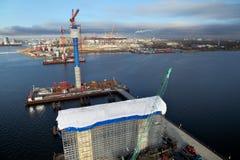 O cabo do canteiro de obras ficou a ponte através do Golfo da Finlândia Imagens de Stock