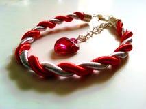 O cabo feito à mão romeno de matéria têxtil com coração deu forma ao pendente Imagem de Stock Royalty Free