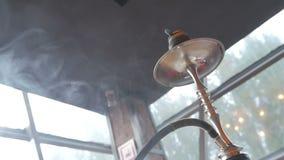 O cachimbo de água está no café vídeos de arquivo