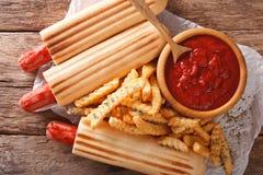 O cachorro quente francês picante rola com batatas fritas e close up da ketchup Fotografia de Stock