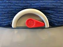 O cacifo da bandeja no avião comercial imagens de stock