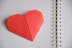 O caderno com coração envia a seu amante no dia de Valentim imagens de stock