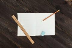 O caderno encontra-se horizontalmente na tabela Fotografia de Stock Royalty Free