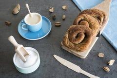 O café da manhã com rolo de pão holandês típico da canela chamou 'taças e xícara de café foto de stock