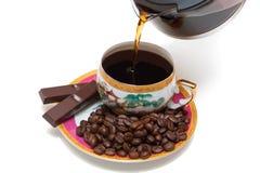 O café é derramado no copo Fotografia de Stock