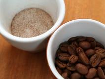 O café é solúvel e nos feijões em um copo fotografia de stock