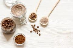 O café-açúcar caseiro esfrega o fundo de madeira da vista superior Fotografia de Stock