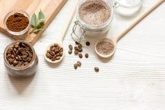 O café-açúcar caseiro esfrega o fundo de madeira da vista superior fotos de stock