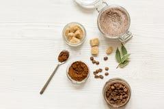 O café-açúcar caseiro esfrega o fundo de madeira da vista superior Foto de Stock