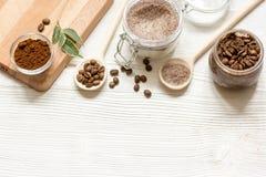 O café-açúcar caseiro esfrega o fundo de madeira da vista superior Fotografia de Stock Royalty Free