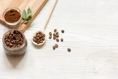 O café-açúcar caseiro esfrega o fundo de madeira da vista superior Imagens de Stock Royalty Free
