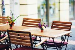 O café ao ar livre da rua tabela pronto para o serviço Fotos de Stock