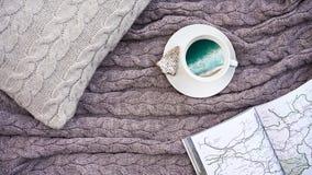 O café branco do copo com a praia da imagem com ondas do mar e o waffle cozinham imagens de stock royalty free