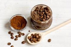 O café-cacau feito a mão esfrega no fim de madeira do fundo acima Foto de Stock Royalty Free