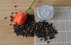 O café caseiro esfrega em uma bacia Fotografia de Stock